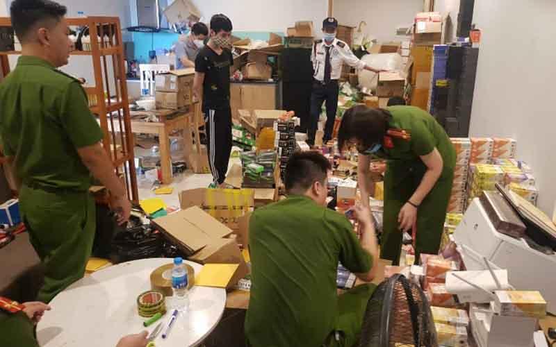10.639 điếu thuốc lá điện tử, 279 lọ tinh dầu các loại, 272 máy hút tinh dầu sợt đốt nóng do Phan Trường Sơn liên hệ đặt mua qua mạng xã hội sau đó bán lại để kiếm lời.