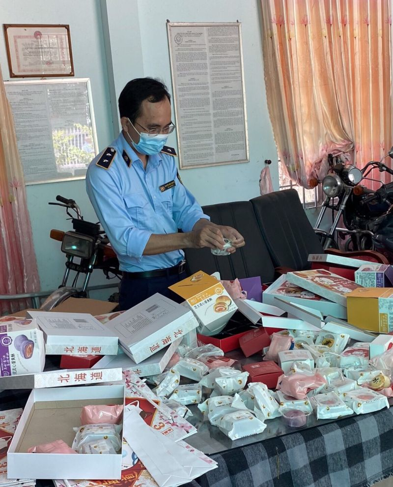 Đội Quản lý thị trường số 1 thuộc Cục Quản lý thị trường tỉnh Tây Ninh phát hiện 1.524 cái bánh Trung thu các loại không rõ nguồn gốc, xuất xứ. Ảnh: KT