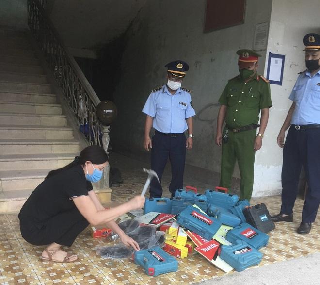 Lực lượng chức năng đang kiểm đếm số hàng hóa vi phạm chuẩn bị đi tiêu hủy.