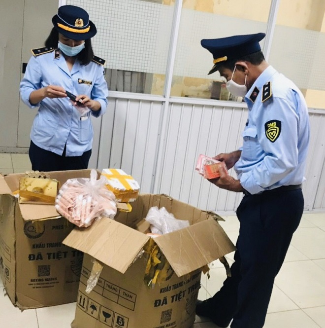 Hơn 2.000 sản phẩm mỹ phẩm được chứa trong 2 thùng catone nghi là nhập lậu vừa bị lực lượng Quản lý thị trường tỉnh Thừa Thiên Huế phát hiện và tạm giữ