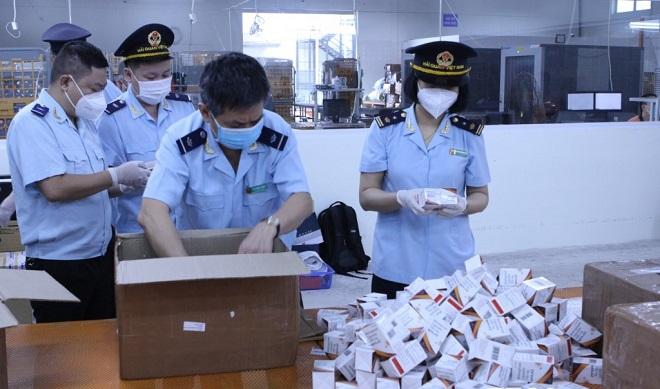 Hơn 60.000 viên thuốc điều trị Covid-19 vừa bị lực lượng chức năng phát hiện và thu giữ. Ảnh: T.B