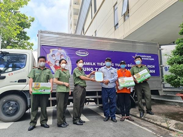 Tại TP.HCM, Vinamilk đã tổ chức nhiều đợt tiếp sức tuyến đầu, hỗ trợ dinh dưỡng cho trẻ em, người dân khó khăn
