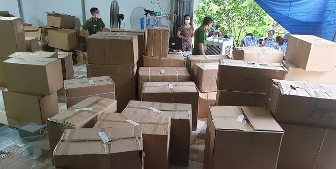 Kho hàng rộng hơn 300 m2 chứa hàng hóa vi phạm bị thu giữ