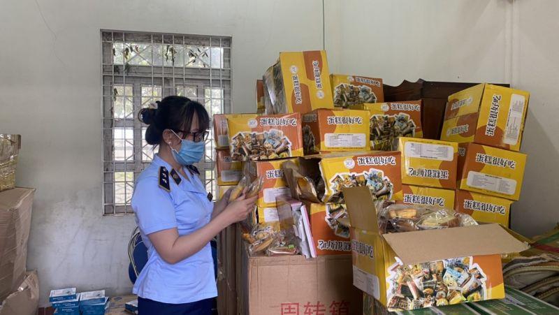 Qua sàn lọc, theo dõi, Đội QLTT số 2 (Cục QLTT tỉnh Gia Lai ) đã phát hiện và tạm giữ 110 thùng sản phẩm thực phẩm bánh trung thu với số lượng 6.000 chiếc bánh trung thu các loại.