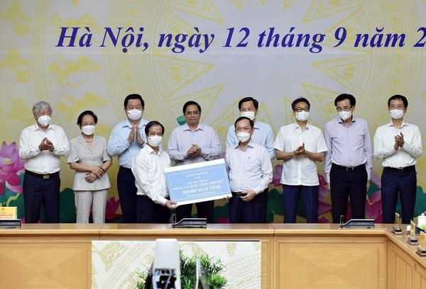 """Phó Thống đốc thường trực Ngân hàng Nhà nước Việt Nam Đào Minh Tú, đại diện ngành ngân hàng trao tặng 100.000 máy tính cho Chương trình """"Sóng và máy tính cho em"""""""