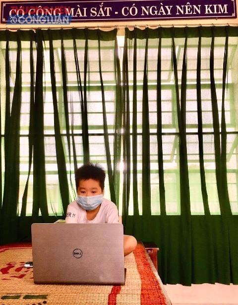 Cháu Hoàng Hữu Gia Phúc, học sinh lớp 4, Trường Tiểu học Đinh Bộ Lĩnh, tổ 19, phường Tam Thuận cùng bố mẹ, anh trai vào khu cách ly tại Trường Tiểu học An Khê