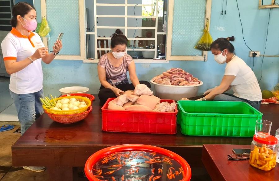 Các hội viên Chi hội Nữ doanh nhân H.Bù Đốp đang chuẩn bị các nguyên liệu để tự tay làm hàng trăm hũ thịt heo ngâm nước mắm tặng các y, bác sĩ ở tuyến đầu chống dịch tại Bình Dương