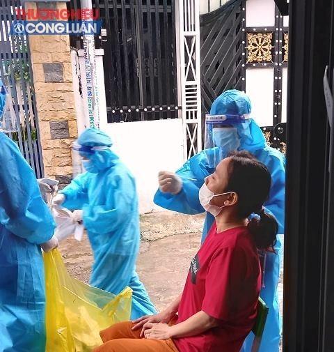 Lực lượng y tế quận Thanh Khê lấy mẫu xét nghiệm hộ gia đình tại tổ 13, kiệt 246 Trần Cao Vân, phường Tam Thuận.