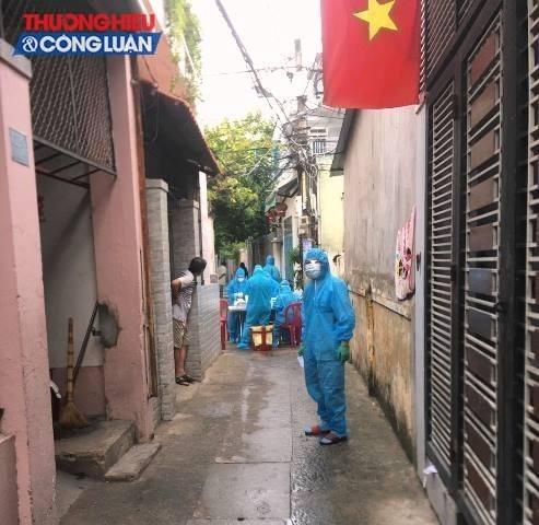 Lực lượng y tế quận Thanh Khê lấy mẫu xét nghiệm tại kiệt K222 Trần Cao Vân tìm bóc F0 ra khỏi cộng đồng