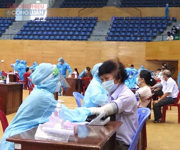 Đến nay Thành phố Đà Nẵng đã tiêm 372.883 liều vắc-xin;, trong đó 300.988 người tiêm mũi 1 và 71.895 người tiêm mũi 2.