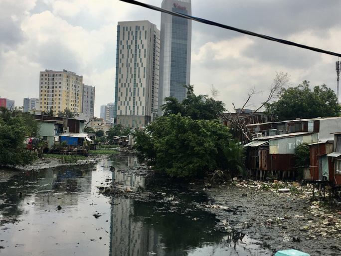 Rạch Xuyên Tâm nằm trên quận Gò Vấp và quận Bình Thạnh đang bị ô nhiễm