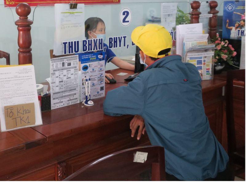 """Hướng dẫn người lao động giải quyết chế độ tại bộ phận """"Một cửa"""" Bảo hiểm xã hội tỉnh Bình Định"""