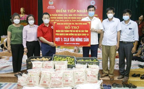 Tiếp nhận nông sản, nhu yếu phẩm của huyện Hàm Yên