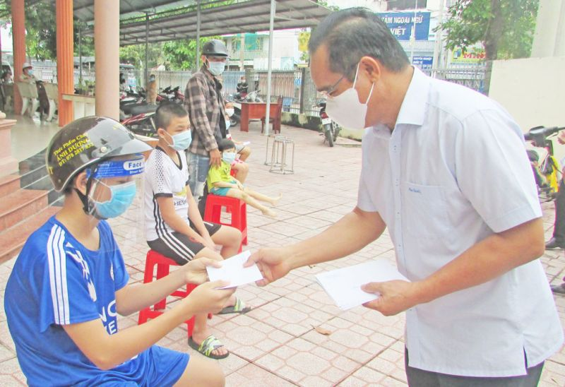 Bí thư Tỉnh ủy – Nguyễn Văn Được trao quà cho các em thiếu nhi nhân dịp Tết Trung thu năm 2021 tại huyện Bến Lức