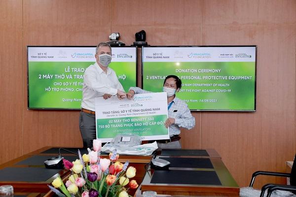 Ông Steve Wolstenhomes - Tổng giám đốc Hoiana trao tặng bảng tài trợ tượng trưng cho ông Nguyễn Văn Văn - Phó Giám đốc Sở Y tế Quảng Nam