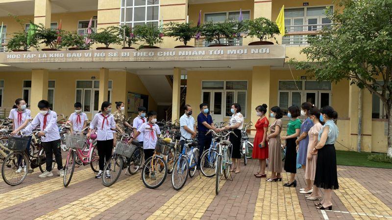 Trường THCS Quang Trung, thành phố Yên Bái trao tặng 72 xe đạp cho Phòng GD&ĐT huyện Văn Yên hỗ trợ học sinh đi về trong ngày