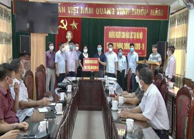 """Đại diện cho """"Bà con quê Hậu Lộc tại Hà Nội"""" trao tặng thiết bị, vật tư y tế phòng chống dịch Covid-19 cho huyện nhà"""