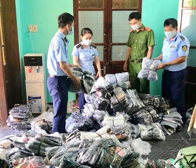 Hàng trăm chiếc áo khoác có dấu hiệu giả mạo nhãn hiệu vừa bị lực lượng chức năng tỉnh Thừa Thiên Huế phát hiện và thu giữ