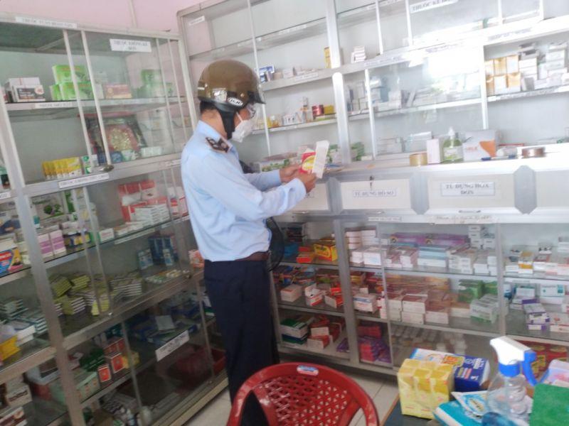 Đội QLTT số 2 kiểm tra Quầy thuốc tây trên địa bàn huyện Gò Công Đông