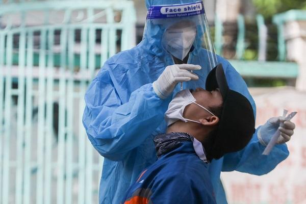 Nhân viên y tế lấy mẫu xét nghiệm Covid-19 cho shipper tại quận Gò Vấp