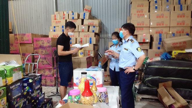 Hà Nội: Thu giữ hàng nghìn thùng bánh kẹo các loại không rõ nguồn gốc, xuất xứ