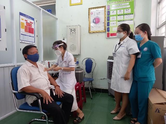 Đẩy nhanh tốc độ tiêm vắc xin cho người dân là cần thiết