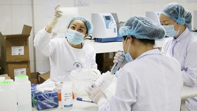 Nhân viên của Trung tâm Kiểm soát bệnh tật Hà Nội, (Sở Y tế Hà Nội) tiến hành xét nghiệm SARS-CoV-2