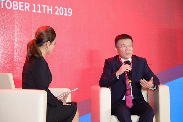 Ông Johnny Chou - Chủ tịch Tập đoàn BEST Inc. đang chia sẻ kinh nghiệm hoạt động tại Lễ ra mắt thương hiệu BEST Inc. tại Việt Nam tháng 10/2019