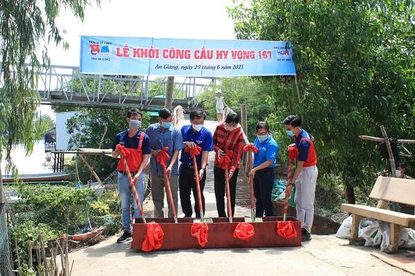 Đại diện BEST cùng Quỹ Hy vọng khởi công xây dựng 4 cây cầu bê tông cải thiện hạ tầng giao thông tại tỉnh An Giang tháng 7/2021