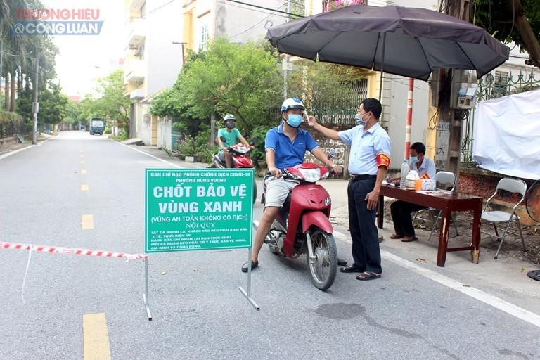 Bí thư Chi bộ tổ dân phố 6, phường Hùng Vương, thành phố Phúc Yên Nguyễn Đình Giang thực hiện nhiệm vụ tại chốt bảo vệ