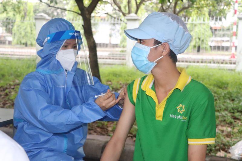 Tiêm vaccine phòng Covid-19 cho lao động tại công ty. Ảnh: KT
