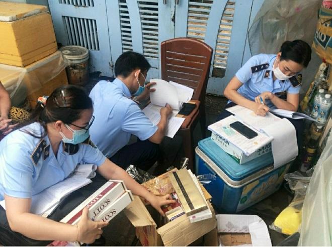 Đoàn kiểm tra của Đội QLTT số 1, Cục QLTT tỉnh Bình Thuận tiến hành lập biên bản khi xác định thấy có dấu hiệu vi phạm