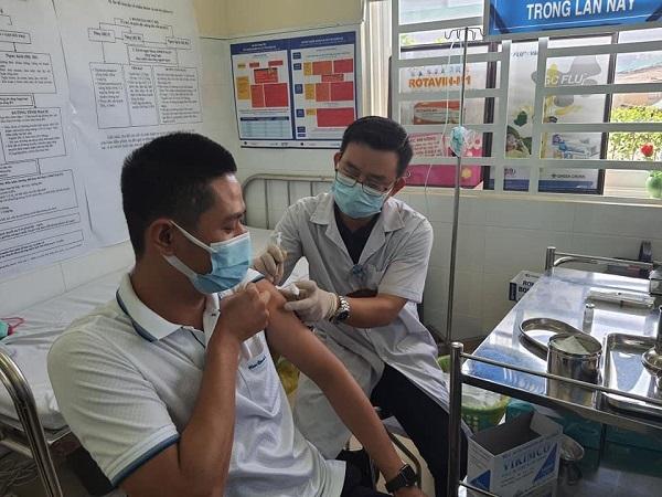 UBND tỉnh Bình Dương đã ban hành Kế hoạch triển khai tiêm 2 mũi vacicne phòng Covid-19 cho toàn dân năm 2021. Ảnh: KT