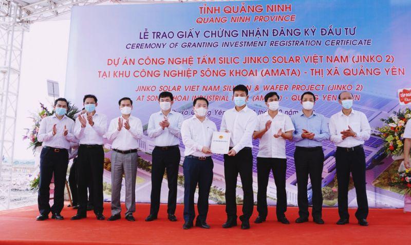 Lãnh đạo Ban quản lý Khu Kinh tế tỉnh Quảng Ninh trao giấy chứng nhận đăng ký đầu tư cho đại diện Công ty TNHH Công nghệ Jinko Solar Việt Nam