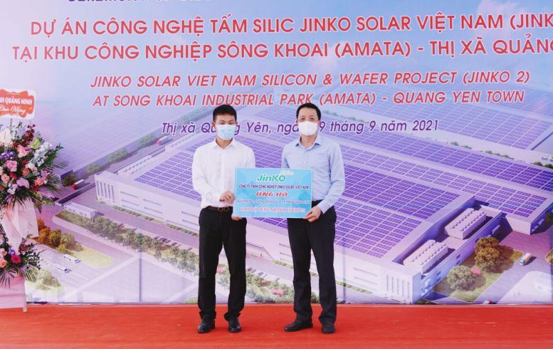 Đại diện chủ đầu tư công ty TNHH Công nghệ Jinko Solar Việt Nam ủng hộ vật tư y tế phục vụ công tác phòng chống dịch cho đại diện MTTQ Việt Nam tỉnh Quảng Ninh