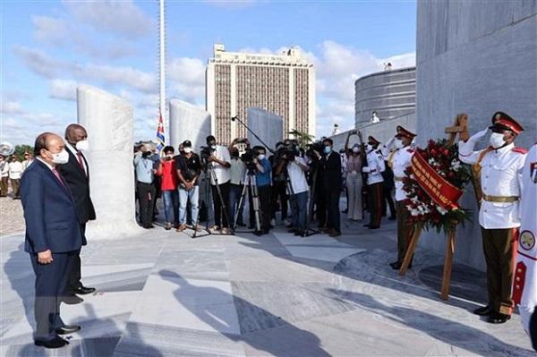 Chủ tịch nước Nguyễn Xuân Phúc đặt vòng hoa tại Tượng đài Anh hùng dân tộc Jose Marti. (Ảnh: Thống Nhất/TTXVN)