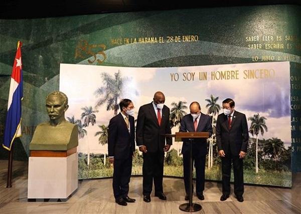 Chủ tịch nước Nguyễn Xuân Phúc thăm Khu tưởng niệm Anh hùng dân tộc Jose Marti. (Ảnh: Thống Nhất/TTXVN)