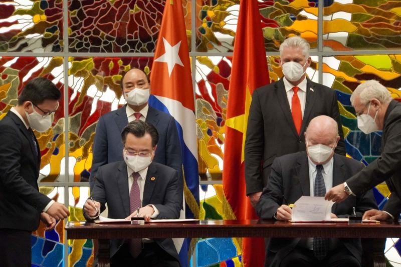 Chủ tịch nước Nguyễn Xuân Phúc và Bí thứ nhất Ban Chấp hành Trung ương Đảng Cộng sản Cuba, Chủ tịch nước Cộng hoà Cuba Miguel Díaz-Canel chứng kiến lễ ký một số văn kiện hợp tác