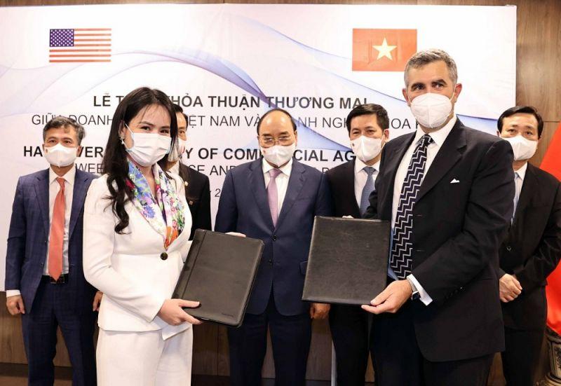 Bà Nguyễn Thị Thanh Bình, Phó Tổng Giám đốc T&T Group và ông John Wallington, Giám đốc Tài chính, Tập đoàn UPC Renewables (Hoa Kỳ) trao đổi MoU về phát triển năng lượng