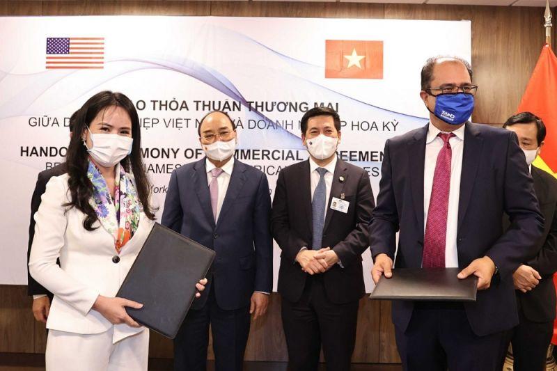 Bà Nguyễn Thị Thanh Bình, Phó Tổng Giám đốc T&T Group và ông Sheetal (Monty) Sharma, Giám đốc điều hành Nutraceutical trao đổi hợp đồng phân phối TPCN tại Việt Nam