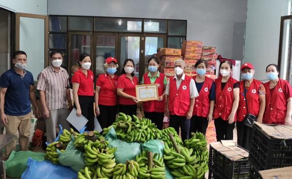 Hội Chữ thập đỏ huyện Thanh Sơn tiếp nhận nhu yếu phẩm của Hội Chữ thập đỏ thị trấn Thanh Sơn ủng hộ nhân dân tỉnh Bình Dương