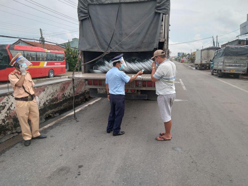 """Số lượng 14 tấn thép cuộn vi phạm nhãn được vận chuyển trên xe """"luồng xanh"""""""