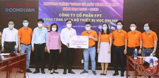Đại diện Công ty CP FPT trao bảng tượng trưng trao tặng 1.000 thiết bị học trực tuyến cho đại diện Sở GD&ĐT thành phố Đà Nẵng.