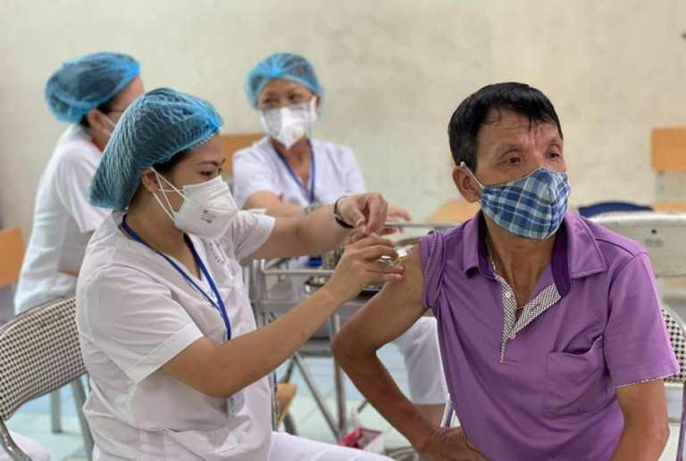 Nhân viên y tế tiêm vaccine Covid-19 cho người dân trên địa bàn Hà Nội.