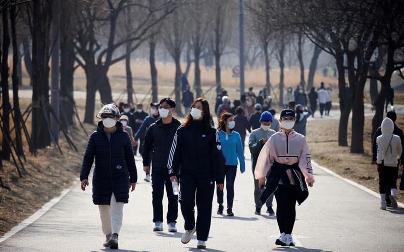 Người dân đeo khẩu trang khi vào công viên Hanriver tại thủ đô Seoul, Hàn Quốc, ngày 21/2/2021. (Ảnh: Reuters)