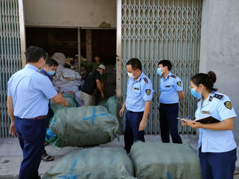 Đội QLTT số 1 thuộc Cục QLTT Thái Bình đang kiểm tra số sản phẩm may mặc đã qua sử dụng