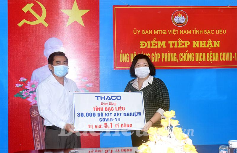 Đồng chí Cao Xuân Thu Vân, Phó Chủ tịch UBND tỉnh (bên phải) tiếp nhận 30 ngàn bộ kit xét nghiệm Covid-19 do Công ty Cổ phần Ô tô Trường Hải trao tặng. Ảnh: Nguyễn Chinh