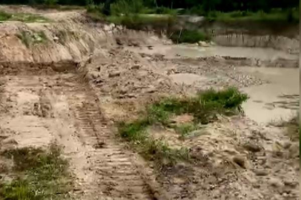 Hiện trường vụ khai thác cát núi trái phép