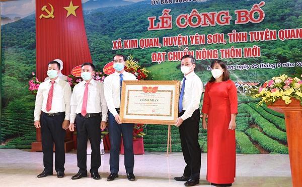Đồng chí Nguyễn Thế Giang, Phó Chủ tịch UBND tỉnh trao Quyết định công nhận xã đạt chuẩn nông thôn mới cho xã Kim Quan