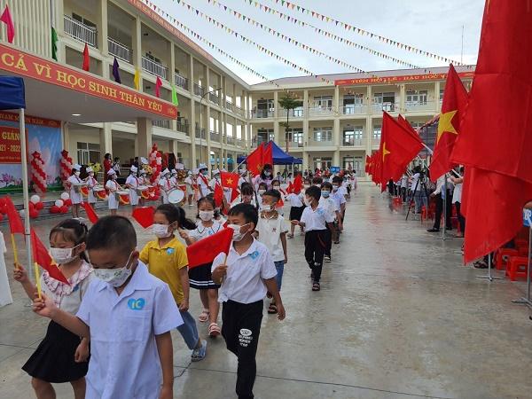 Các em học sinh thành phố hạ Long vui mừng đón năm học mới